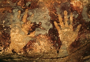 Stencil di 10000 anni fa nella grotta Gua Ham, in Indonesia (Carsten Peter, NGS Image Collection)