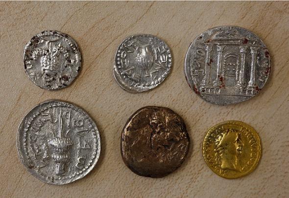 Alcune delle 120 monete ritrovate. La raffigurazione del Tempio è in alto a destra (gnews.com)
