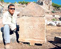 Kizgut e la stele di Rhodiapolis (www.todayszaman.com)