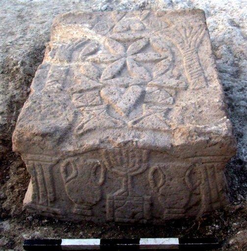 La pietra con l'incisione di una menorah (AFP)