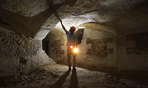 Simon Keay ispeziona le rovine della cantina (timesonline.co.uk)