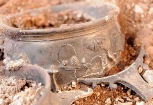 Alcuni dei recipienti rinvenuti (Bulphoto)