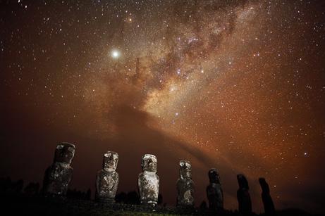La Via Lattea fotografata dall'Isola di Pasqua (Stephen Alvarez, National Geographic Stock)