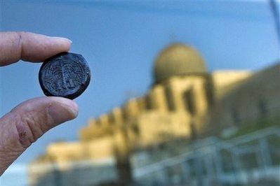 Una delle monete datata al 69 d.C. (AP photo/Bernat Armangue)