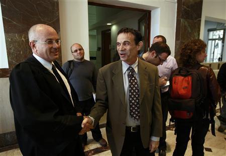Nel 2012, Oded Golan si complimenta con l'avvocato dopo la lettura della sentenza (Reuters)