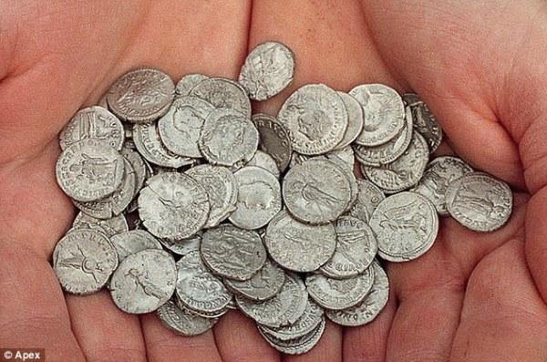 lo-scorso-febbraio-erano-state-scavate-60-monete-dargento-e-una-doro-apex.jpg?w=600&h=397