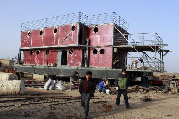 Lu Zhenghai, a destra, ha speso i risparmi di una vita per questa imbarcazione (Chen Jiansheng ANPF)