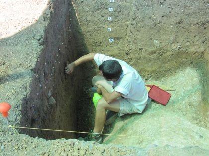 Operazioni di scavo nella necropoli micenea (Università degli Studi di Udine)