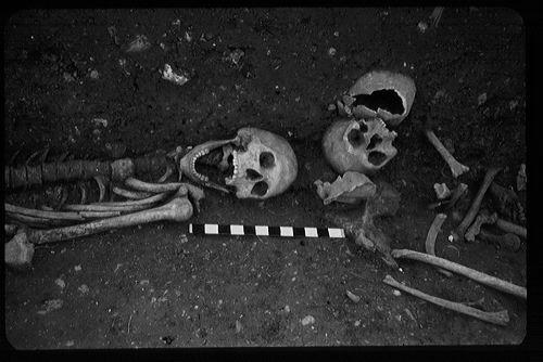 Il 'vampiro', a sinistra, come venne ritrovato nel 1959 (University of Nottingham Archaeology Museum)