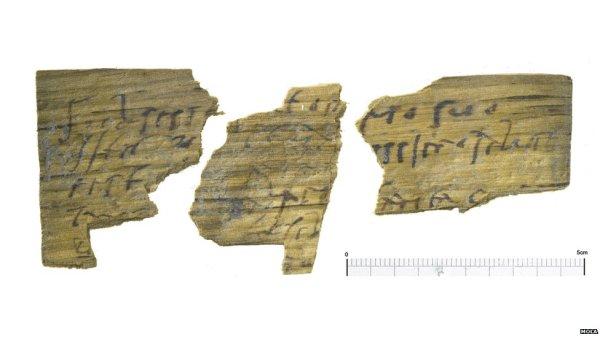 Alcuni degli oltre 100 frammenti di tavolette di legno (Museum of London Archaeology)