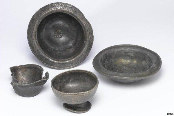 Queste scodelle argentate del IV secolo facevano parte di un'offerta rituale insieme a crani di mucca (Museum of London Archaeology)
