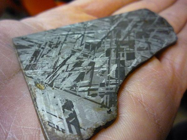 Figure di Widmanstätten su una meteorite incisa con acido (wikipedia)