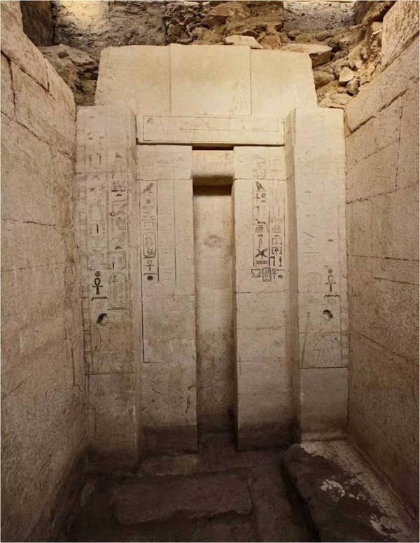 """La """"falsa porta"""" nella tomba di Shepseskaf-Ankh, un portale simbolico tra il mondo dei vivi e quello dei morti (Martin Frouz, Archivio dell'Istituto di Egittologia della Repubblica Ceca)"""