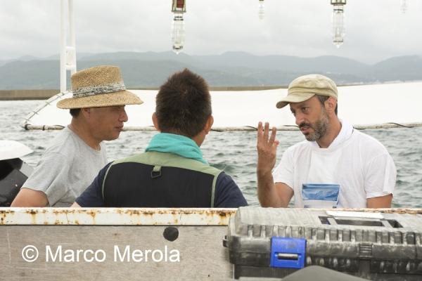 Daniele Petrella (a destra) in Giappone, nell'area delle ricerche (Marco Merola)