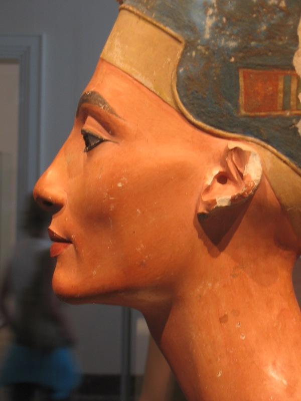 Altra immagine del busto di Nefertiti vista di profilo (wiki)