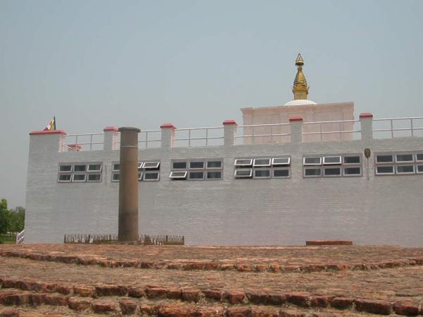 Il nuovo tempio e la colonna di Ashoka (UNESCO)