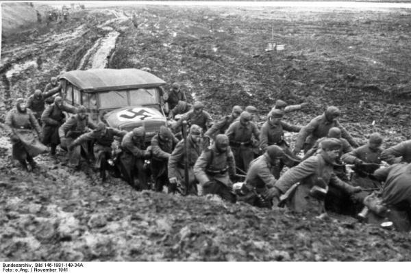 Novembre 1941, soldati tedeschi tentano di trainare a mano un automezzo bloccato dal fango (wikipedia)