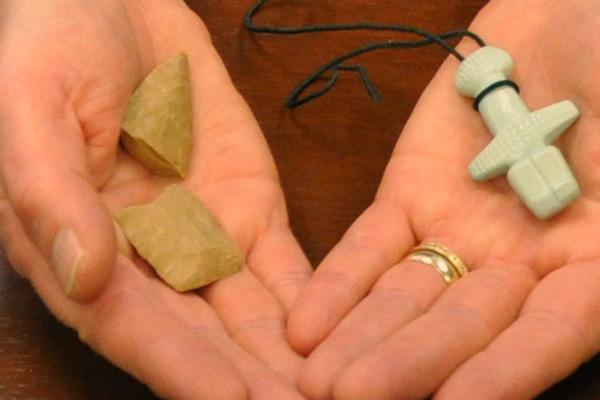 Repliche di oggetti di pietra e gioielli decorativi trovati a Cipro (Jessica Lewis)