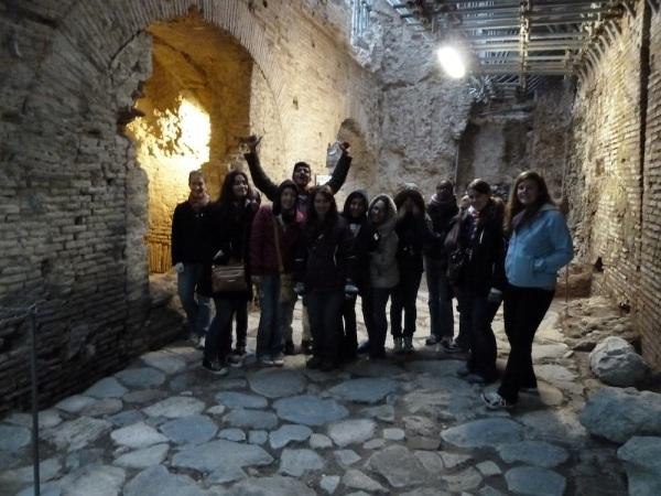 Studenti sopra una strada romana del II secolo d.C., oggi a 5 metri sotto terra (Sotterranei di Roma)