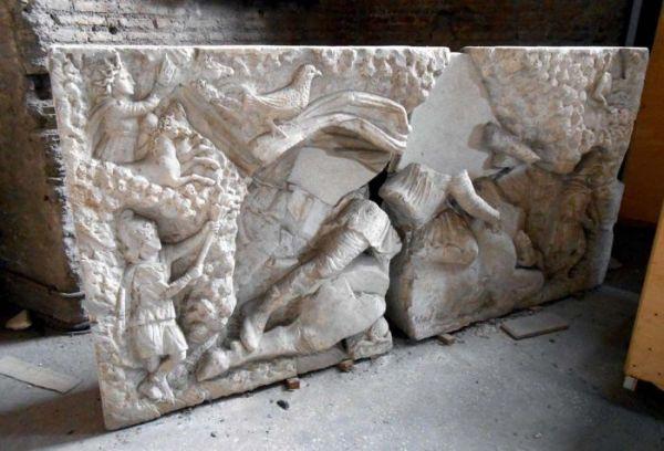 Fronte del rilievo conservato alle Terme di Diocleziano, con i 2 blocchi separati (MiBAC)
