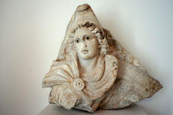 Testa di Mitra conservata al Badisches Landesmuseum di Karlsruhe (MiBAC)