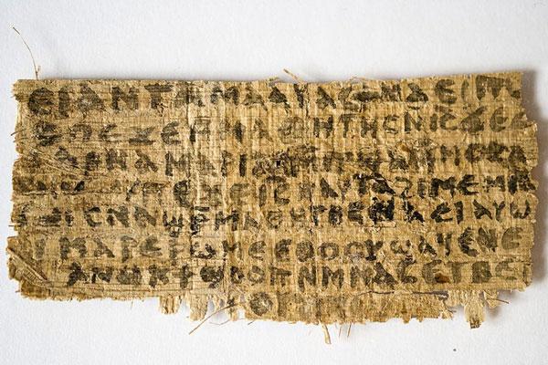 """Al centro del piccolo frammento di papiro sono scritte, in lingua copta, le parole """"E Gesù disse loro: 'Mia moglie... è in grado di essere mia discepola'"""""""