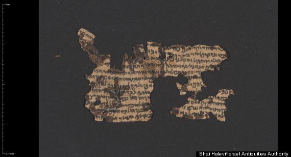Un rotolo di filatterio aperto in passato (Israel Antiquities Authority)