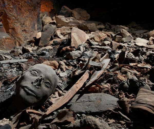 I resti mummificati tra i frammenti di bare, tessuti e ceramiche: la tomba KV 40 è stata saccheggiata più volte (Matjaz Kacicnik, University of Basel, Egyptology)