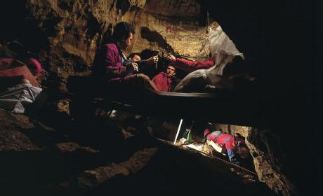 """I ricercatori al lavoro nella Sima de los Huesos, la """"buca delle ossa"""" nella Sierra di Atapuerca (Javier Trueba, Madrid Scientific Films)"""