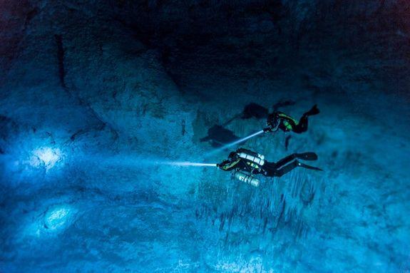 L'analisi delle pareti dell'Hoyo Negro, la grotta sommersa dove è stato rinvenuto lo scheletro di Naia (National Geographic)