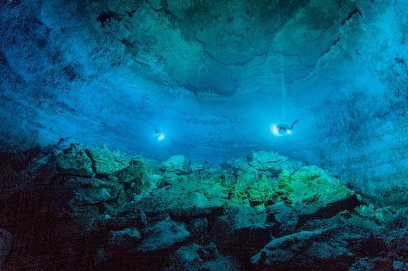 Una visione d'insieme della grotta in cui Naia è stata trovata: uno dei ristretti accessi alla fossa è visibile in alto a sinistra (Roberto Chavez Arce)