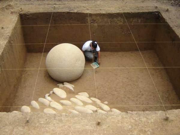 (Adrián Badilla/Museo Nacional de Costa Rica, View of ramp with sphere associated, Mound 1, Finca 6 site)