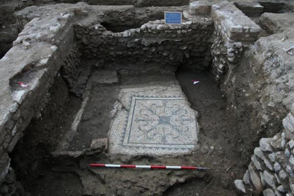 Un mosaico pavimentale in un mausoleo (ANSA/Soprintendenza archeologica di Roma)