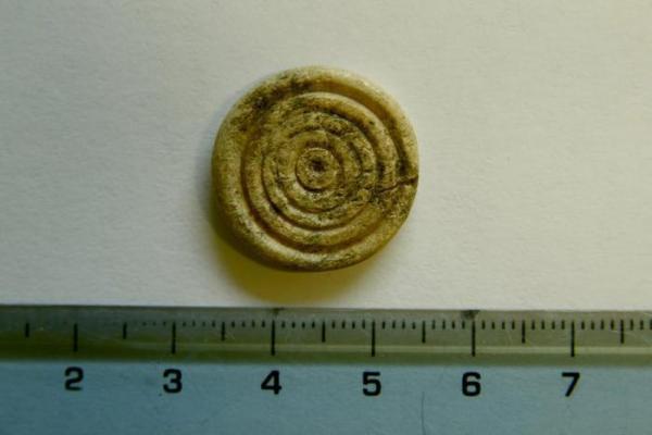 Una pedina da gioco in avorio (ANSA/Soprintendenza archeologica di Roma)