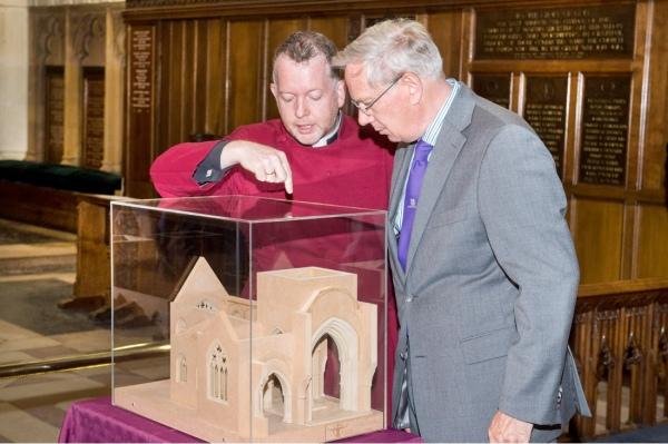 Il Reverendissimo David Monteith con Sua Altezza Reale il Duca di Gloucester guardano il modellino della tomba nella cattedrale (Cattedrale di Leicester)