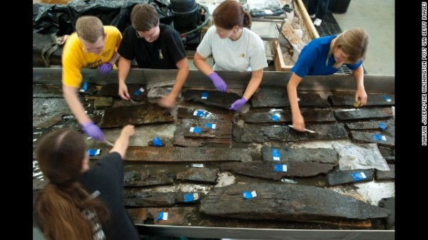 Archeologi del Maryland Archeological Conservation Laboratory mentre puliscono i resti nell'agosto 2010 (Marvin Joseph /The Washington Post via Getty Images)