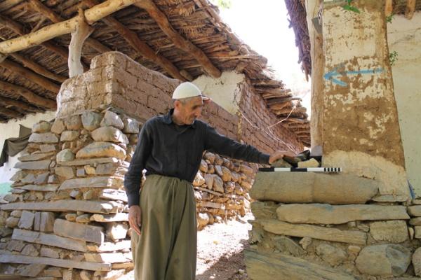 In alcuni casi i manufatti sono stati riutilizzati dai paesani. Qui, la pietra in cima faceva parte del torso di una statua (Dlshad Marf Zamua)