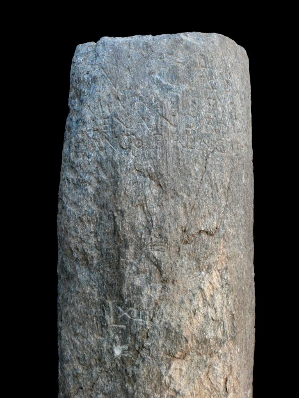 Il miliare del III secolo d.C. dedicato all'imperatore Severo Alessandro (Ufficio beni archeologici)