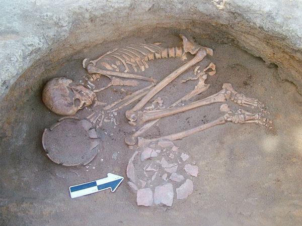 Un giovane uomo sepolto nell'antico cimitero di Al Khiday, in Sudan. Indossava gioielli fatti di perline (Donatella Usai, CSSeS)