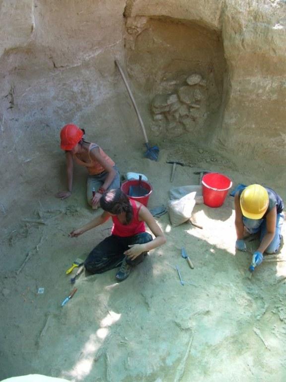 Archeologi al lavoro in una delle tombe (Università degli Studi di Udine)
