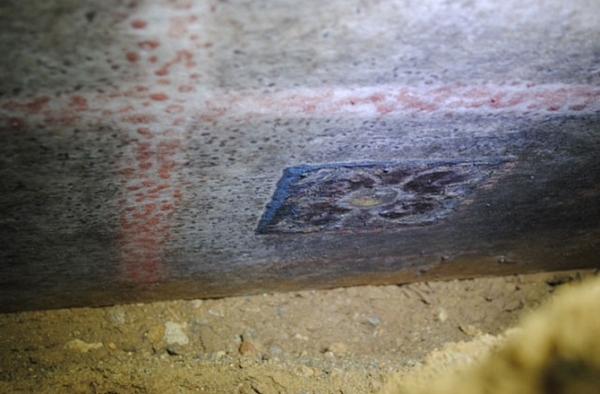 Sul lato inferiore del blocco di marmo ci sono tracce di blu, rosso e giallo. Raffigurano rosette (Greek Ministry of Culture)