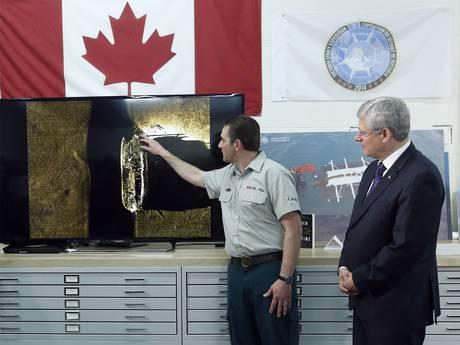 Il primo ministro canadese Stephen Harper ascolta Ryan Harris, di Parks Canada (Reuters)