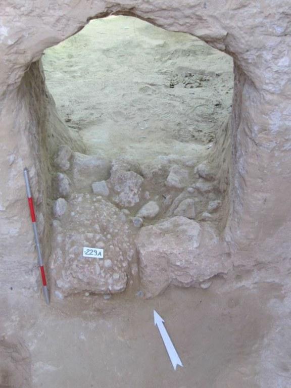 La porta semi aperta di una delle tombe (Università degli Studi di Udine)