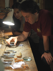 Tom Higham e Katerina Douka, coautrice dello studio, esaminano alcuni campioni (Thomas Higham)