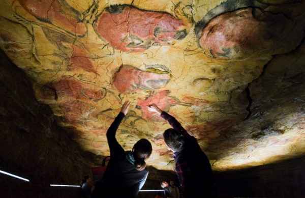 Lo studio dell'arte rupestre iniziò nel 1880, con il ritrovamento dei dipinti preistorici nella grotta spagnola di Altamira (nell'immagine, due visitatori nella riproduzione della grotta realizzata per i turisti; la vera grotta è chiusa al pubblico) (Alberto Aja/epa/Corbis)