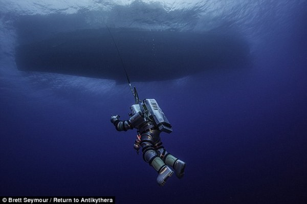 "Edward O'Brien, della Woods Hole Oceanographic Institution, scende nel mare con la ""Exosuit"" (Brett Seymour, Return to Antikythera 2014)"