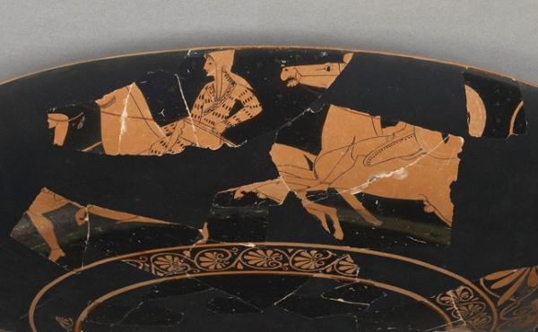 In questa coppa greca, del III secolo a.C., è raffigurata una guerriera amazzone a cavallo. Secondo i ricercatori il suo nome, in antico circasso, sarebbe Degna di armatura (J. Pual Getty Museum)