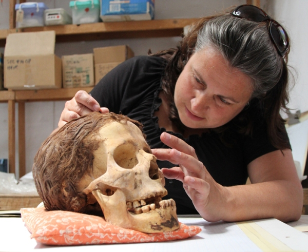 L'archeologa Jolanda Bos (Jolanda Bos and Lonneke Beukenholdt)