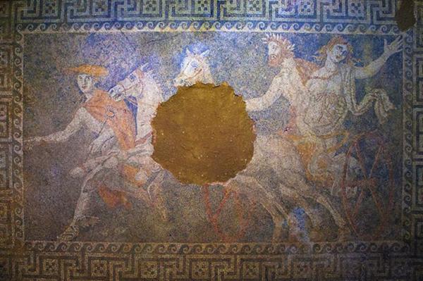 Il ritrovamento del mosaico con Persefone rapita da Ade, è rivelatore dell'appartenenza della tomba alla famiglia reale macedone (Ministero della Cultura della Grecia)