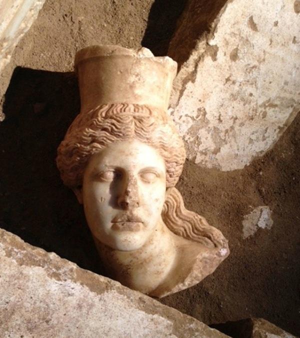 La testa di una delle sfingi è stata trovata nella quarta camera (Ministero della Cultura della Grecia)